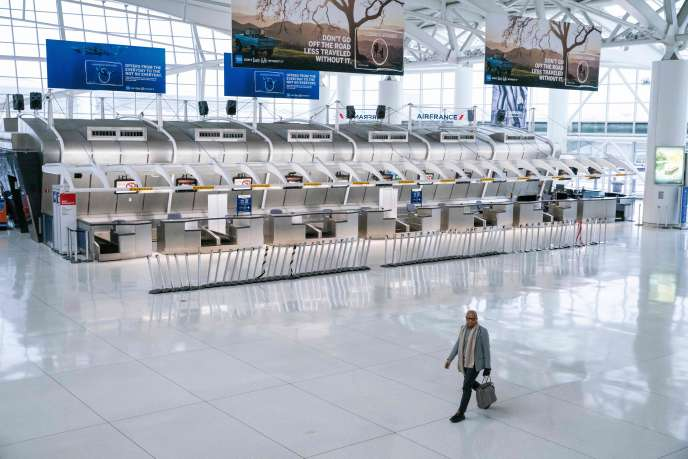 Devant les comptoirs d'Air Frnace, à l'aéroport internationa John F.-Kennedy, à New York, jeudi 12 mars.