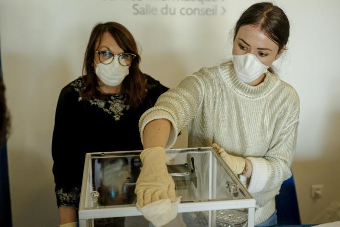«Alimenté par des autorités médicales sur les réseaux sociaux, relayé dans les médias, un dispositif informel d'appel à la démobilisation a de toute évidence encouragéces comportements abstentionnistes. » (Dans un bureau de vote lors du premier tour des élections municipales à Bastia, en Corse.)