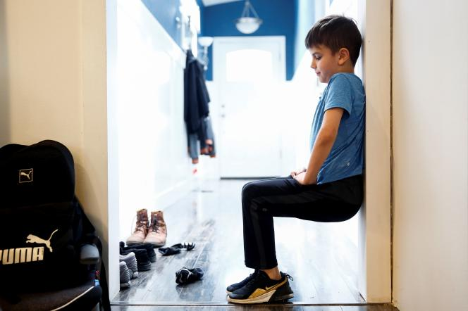 Caidence Miller, 9 ans, fait de l'exercice physique entre deux cours scolaires en ligne, à Woodinville (Washington, Etats-Unis), le 11 mars.