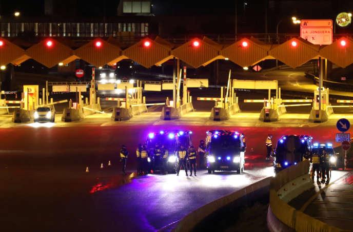 La police met en place le contrôle de ses frontières, suite à une ordonnance du gouvernement espagnol, à La Jonquera, en Espagne, le 16 mars.