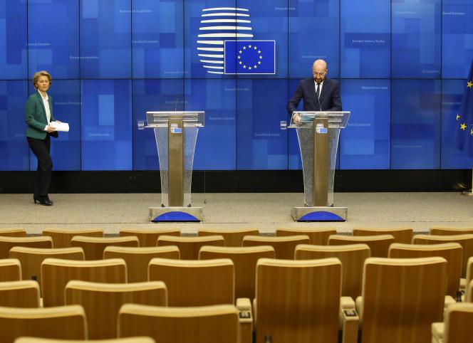 La présidente de la Commission européenne, Ursula von der Leyen, s'apprête às'adresser à une salle presque vide, à Bruxelles, le 16 mars.