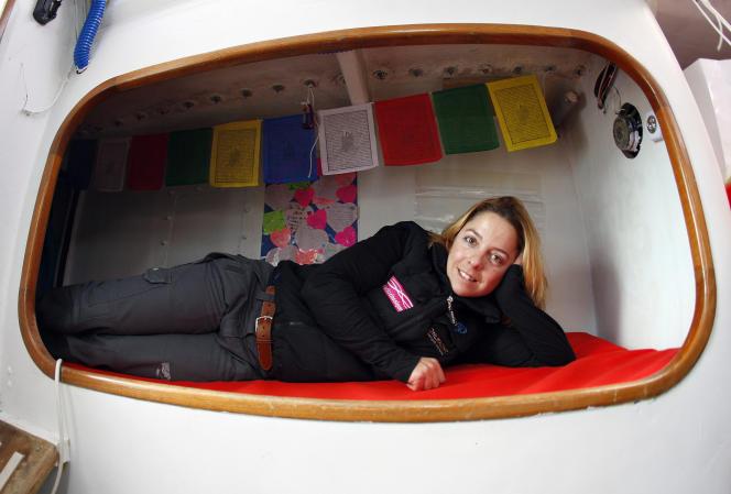 La navigatrice Alexia Barrier pose à bord de son monocoque