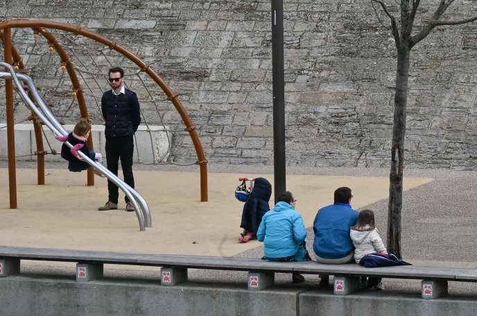 Une aire de jeux sur les rives du Rhône à Lyon, le 16 mars.