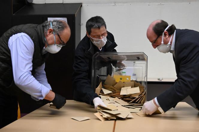 Des agents électoraux, protégés de masques et de gants, dépouillent les votes du premier tour des élections municipales, à Strasbourg, le 15 mars.