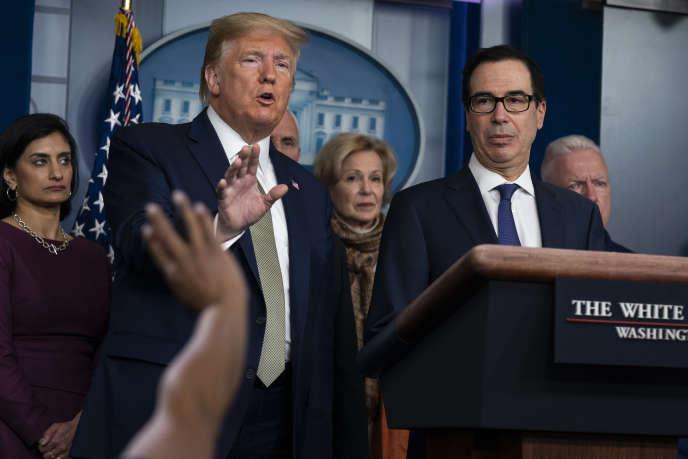 Le président des Etats-Unis, Donald Trump (à gauche), aux côtés du secrétaire au Trésor, Steven Mnuchin, le 17 mars à la Maison Blanche, à Washington.
