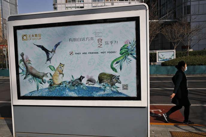 Une affiche présente les animaux sauvages comme des amis, et non comme nourriture, à la suite de l'épidémie de coronavirus, à Pékin, le 11 mars.