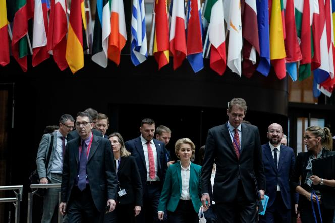 La présidente de la Commission européenne Ursula von der Leyen (au centre), à Bruxelles, lundi 16 mars.