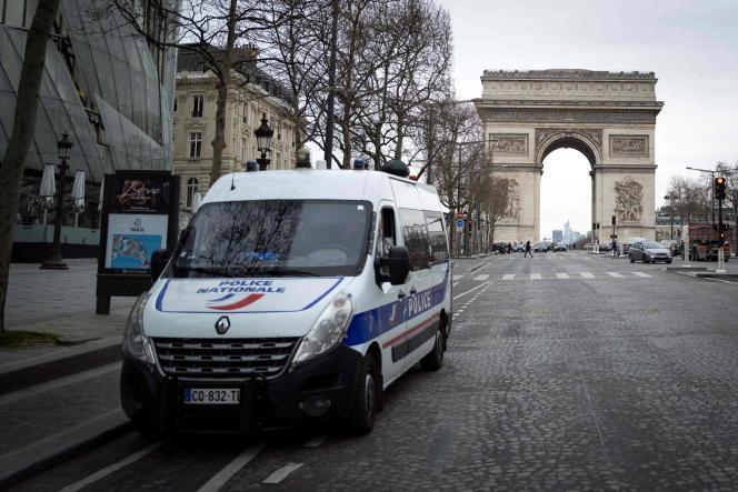 Quelque 100 000 policiers et gendarmes vont être mobilisés dès mardi pour contrôler le respect du confinement.