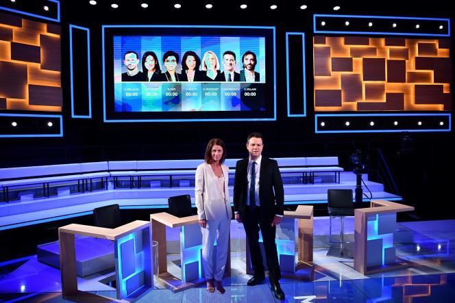 Les journalistes Carole Gaessler et Marc Fauvelle sur le plateau du débat entre les candidats à la mairie de Paris, à Paris, le 10 mars.