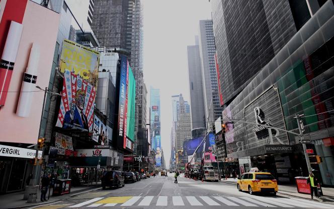 Une rue presque vide dans le quartier de Times Square, à New York, le 16 mars.