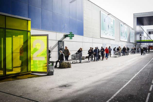 De nombreux clients se sont précipités faire leurs courses, comme ici à l'hypermarché Leclerc de Blagnac, le 17 mars, avant le début du confinement.