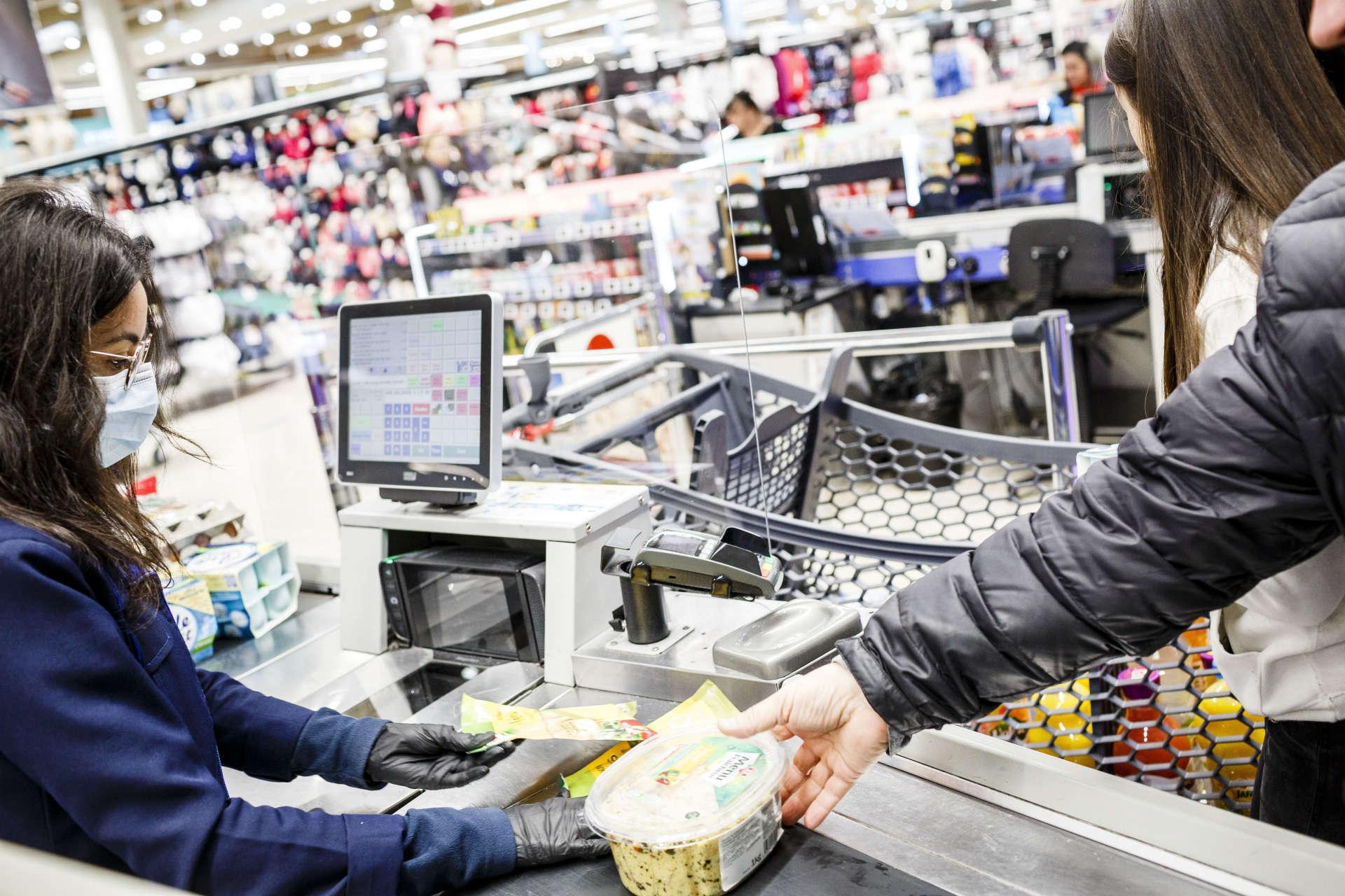 Au Leclerc de Blagnac, certaines caissières, munies de gants et de masques, sont également protégées des clients par du Plexiglas, le 17 mars.