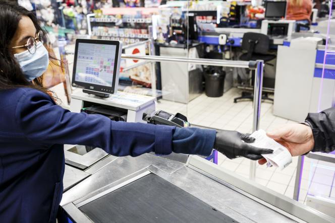 « L'entreprise doit mettre en place une organisation spécifique et des mesures de prévention pour respecter la distanciation sociale, que les salariés soient en openspace, sur une chaîne de montage ou derrière une caisse de supermarché» (Caisses de l'hypermarche Leclerc de Blagnac, le 17 mars).