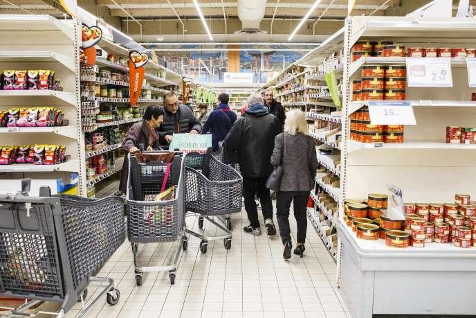 Seules 250 personnes ont été autorisées à entrer dans l'hypermarché E. Leclerc de Blagnac dès l'ouverture des portes, le 17 mars.