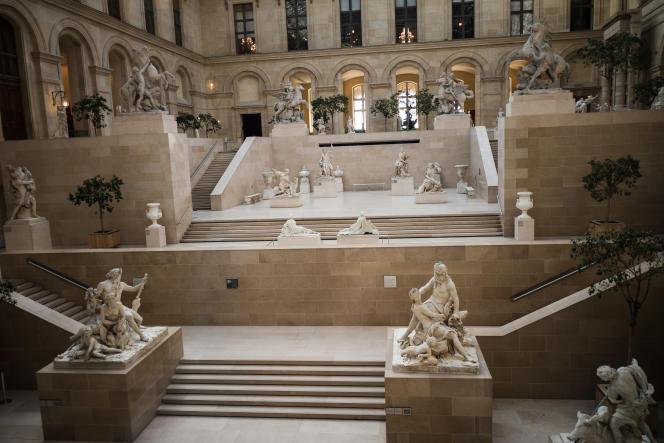 Passage Richelieu à Paris, le 15 mars 2020, des vitres donnent sur un Musée du Louvre vide de visiteurs.