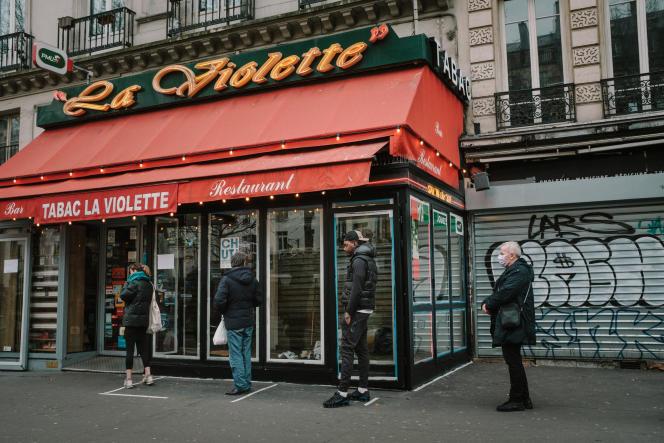 Devant un tabac du boulevard Saint-Denis à Paris, le 17 mars.