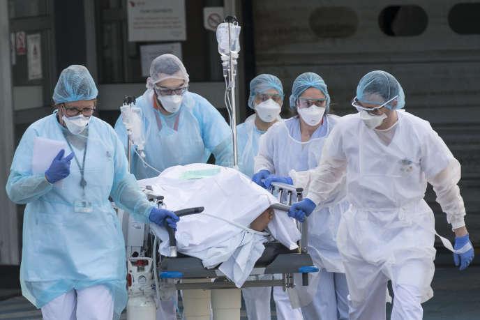 Une équipe médicale évacue un patient de l'hôpital de Mulhouse vers un autre hôpital, le 17 mars 2020.