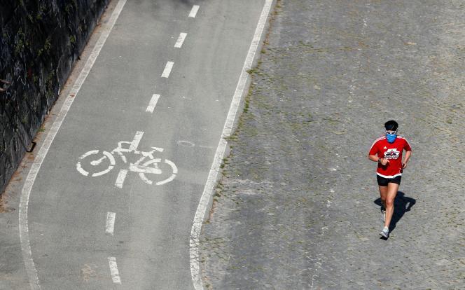 Un jogger masqué. Rome, 18 mars.