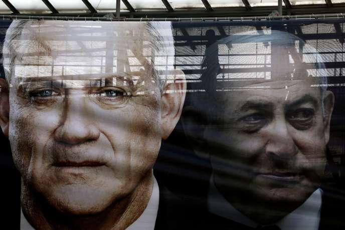 Une bannière montrant le chef de la formation Bleu Blanc, Benny Gantz, et le premier ministre, Benyamin Nétanyahou, à Tel-Aviv, le 17 février.