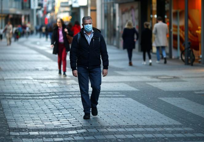 Un homme portant un masque à Cologne, en allemagne, le 18 mars.