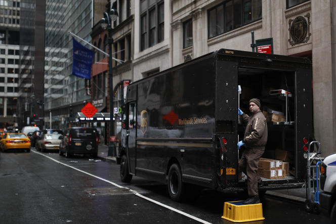 Un livreur de colis dans une rue de Manhattan à New York, le 17 mars.