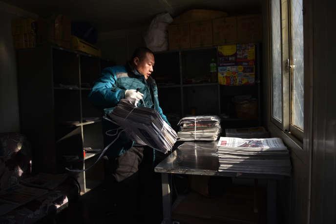 Un livreur de journaux à Pékin, en décembre 2019.