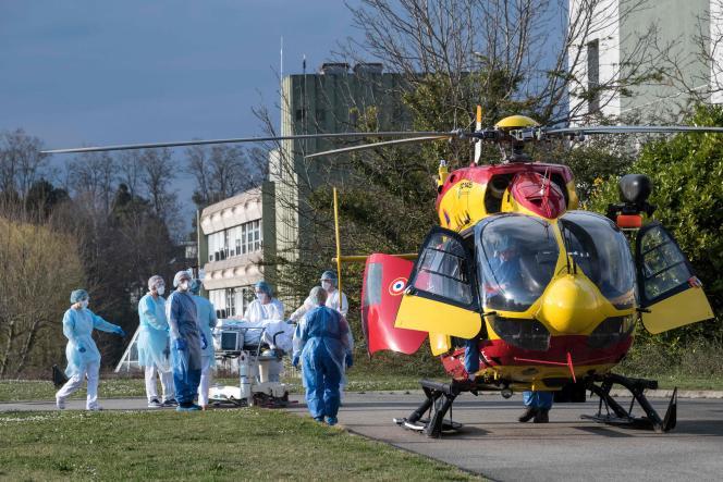 Transfert par hélicoptère d'un patient à l'hôpital Emilie-Muller de Mulhouse (Haut-Rhin), le 17 mars.