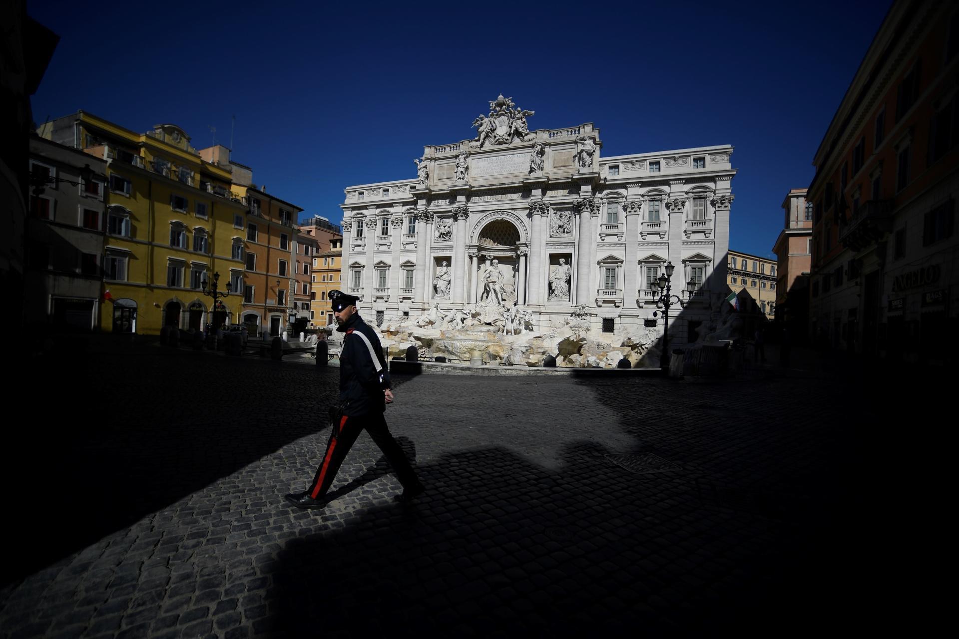 Devant la fontaine Trevi à Rome, le 16 mars.