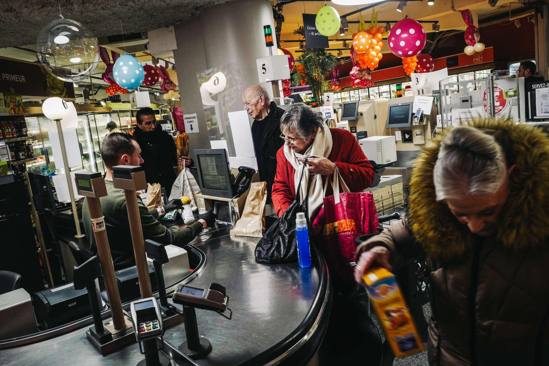 A Issy-les-Moulineaux dans les Hauts-de-Seine, un supermarché ouvre exceptionnellement de 8 heures à 8 h 30 uniquement pour les clients de plus de 70 ans, afin qu'ils limitent leurs contacts lors du confinement.