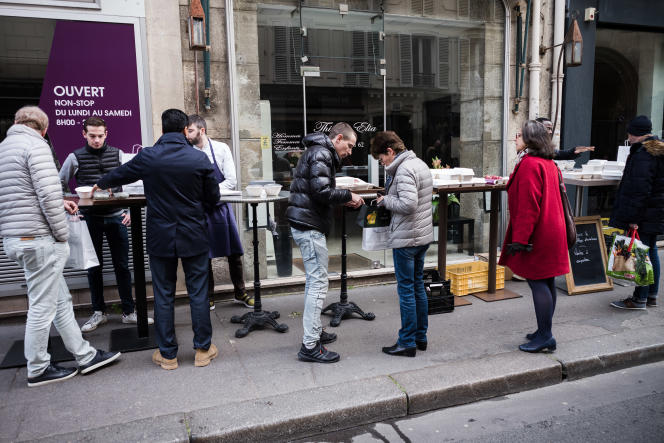 Rue Saint-Dominique, à Paris, des employes des restaurants