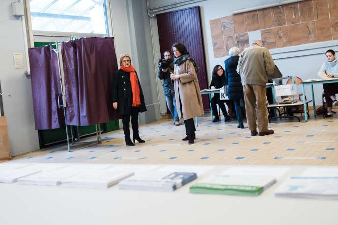 Agnès Buzyn dans un bureau de vote du 5e arrondissement lors du premier tour des élections municipales à Paris, le 15 mars.