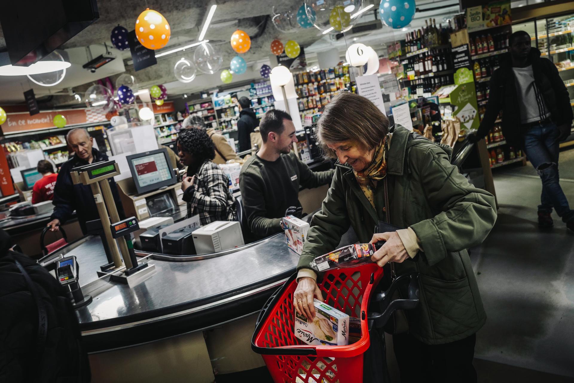 Des clients font leurs courses dans la bonne humeur, le 18 mars.