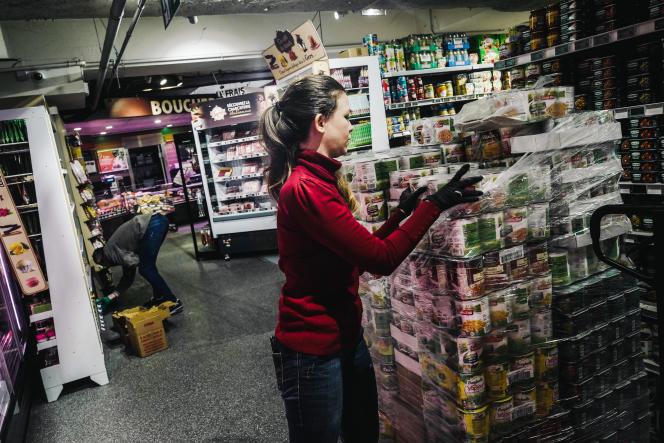 Des employés réapprovisionnent les rayons d'un Intermarché à Issy-les-Moulineaux, dans les Hauts-de-Seine, le 18 mars.