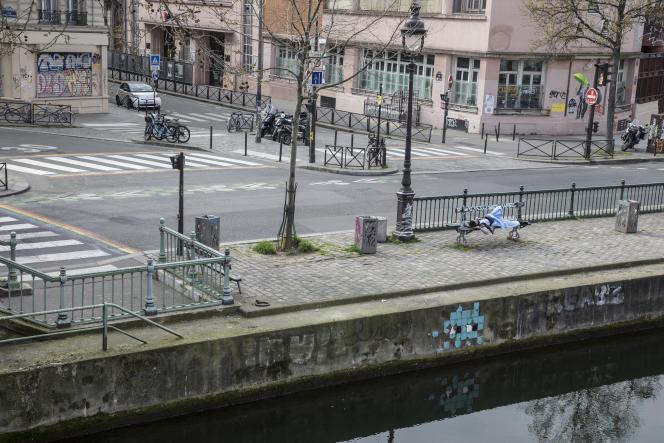 Pendant la première journée de confinement pour lutter contre l'épidémie de Covid-19, quai de Valmy à Paris, le 17 mars.
