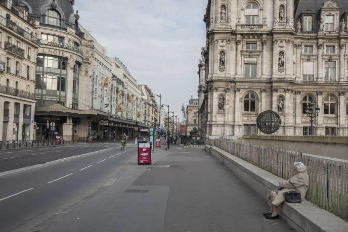 La rue de Rivoli déserte pendant la première journée de confinement pour lutter contre l'épidémie de Covid-19, à Paris, le 17 mars.