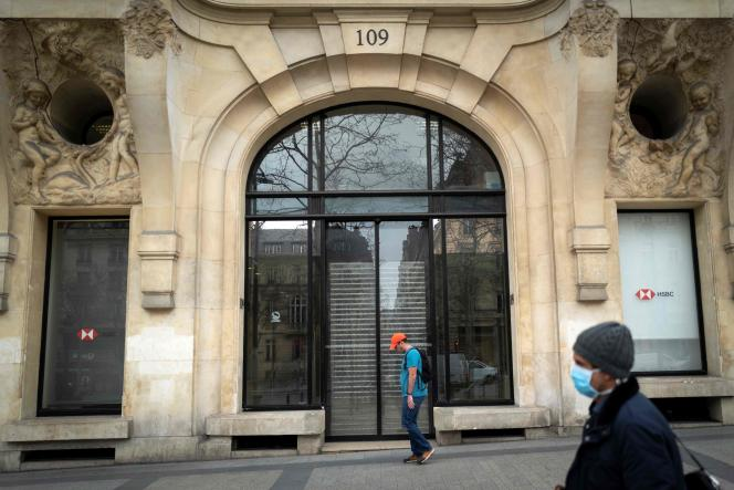 Une agence bancaire fermée, à Paris, le 16 mars.