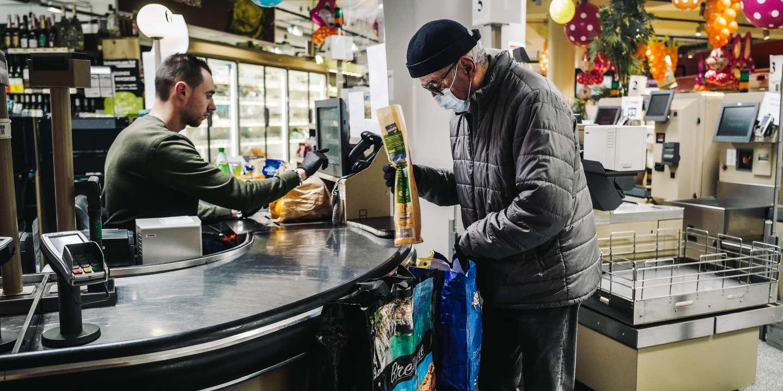 Un client fait ses courses dans un Intermarché à issy-Les-Moulineaux dans les Hauts de Seine, le 18 mars 2020. Le supermarché ouvre exceptionnellement de 8h à 8h30 uniquement pour les clients de plus de 70 ans, pour répondre aux besoins en plein confinement provoqué par l'épidémie de Coronavirus. Lucas Barioulet pour Le Monde