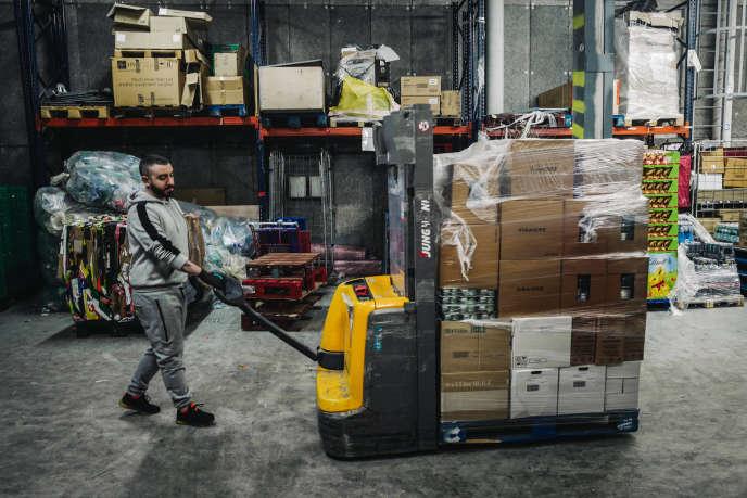 Kevin, 30 ans, s'occupe de la livraison et du stock d'un Intermarché à issy-Les-Moulineaux dans les Hauts de Seine, le 18 mars 2020.