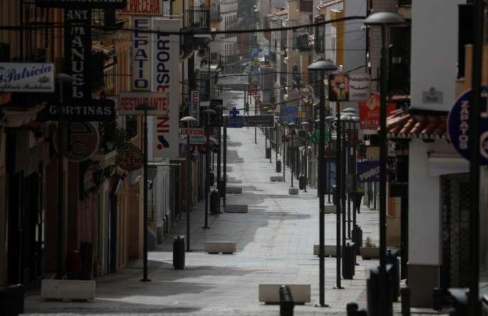 Une rue commercante de Ronda, en Andalousie, mercredi 18 mars, alors que tous les magasins ont baissé le rideau pour lutter contre la propagation du coronavirus.