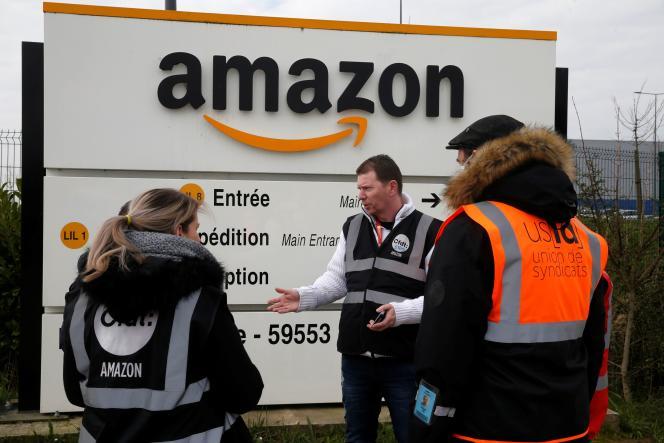 Des salariés d'Amazon en grève devant le site logistique de Lauwin-Planque (Nord), le 19 mars.