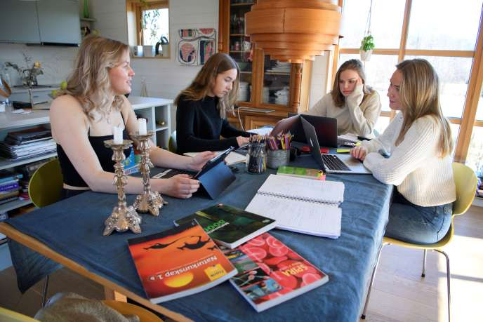 Irmelie Olander, Ebba Palmaer, Siri Landstrom et Mathilde Ingrosso Hildingsson étudient à la maison à Stockholm, le 19 mars.