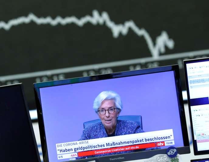 Une conférence de presse de Christine Lagarde, présidente de la BCE, est visionnée à la Bourse de Francfort, en Allemagne, le 12 mars.