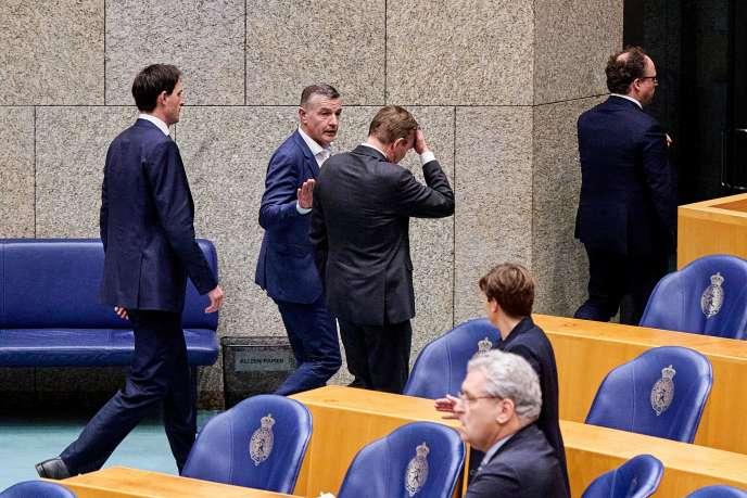Le ministre de la santé, Bruno Bruins, quitte un débat parlementaire sur l'épidémie de Covid-19 suite à un malaise, à La Haye, le 18 mars.