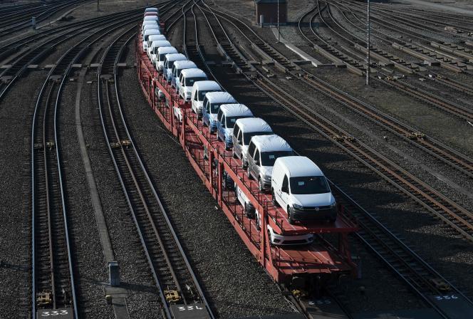 Des véhicules neufs de Volkswagen dans la région de Munich, le 18 mars 2020. Volkswagen va cesser la production dans ses usines européennes à cause de l'épidémie.