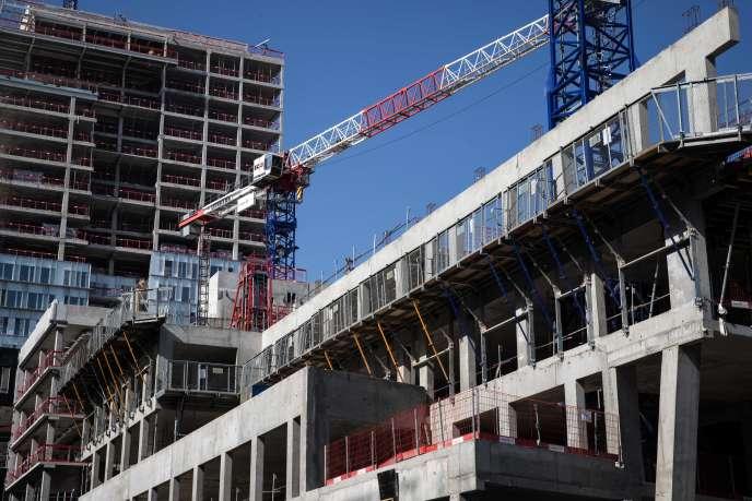 Un chantier complètement à l'arrêt, à Paris, jeudi 19 mars, en pleine période de confinement décrétée pour lutter contre la propagation du coronavirus.