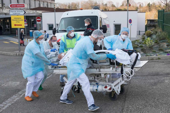 Lors du transfert d'un malade de l'hôpital de Mulhouse vers un autre établissement, mardi 17 mars.