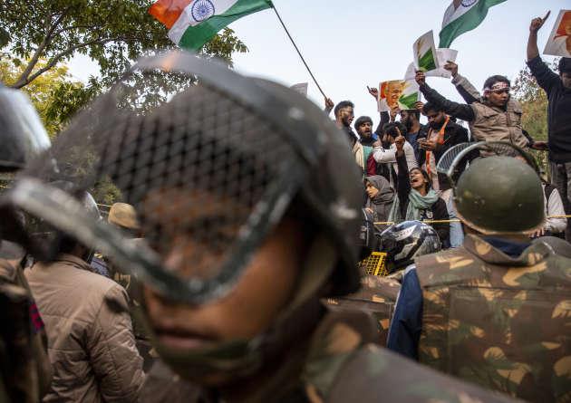 La police réprime la marche pour la paix, organisée à la mémoire de Gandhi par les étudiants de la JNU vers le Parlement de New Delhi, le 30 janvier.