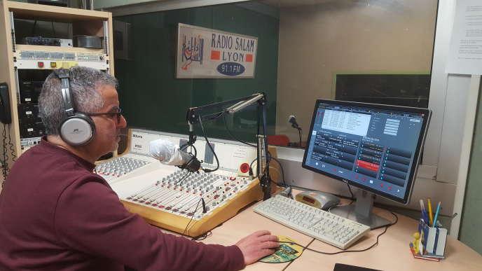 Un animateur de Radio Salam, une station lyonnaise, cherche à garder «un lien vital» avec ses auditeurs de la diaspora nord-africaine en plein confinement dû au Covid-19.