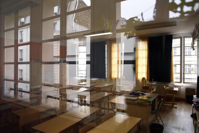 Une salle de classe vide dans une école parisienne, le 16 mars.
