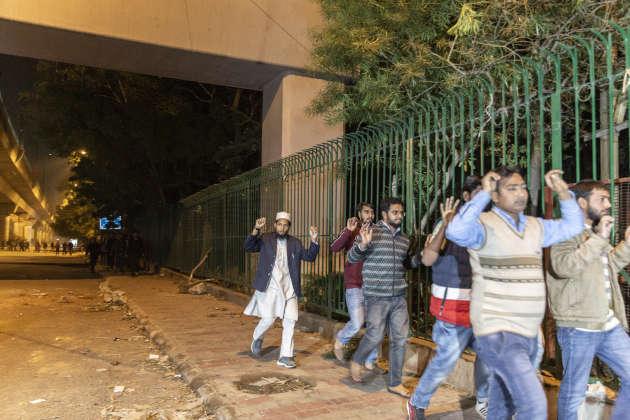 Des étudiants de la JNU, à Delhi, sont arrêtés par la police, lors d'une marche pacifique contre le projet de loi de modification de la citoyenneté, le 15 décembre 2019.